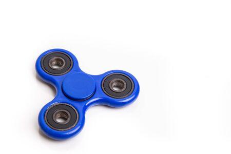 흰색 배경에 파란색 fidget 회 전자 취미 장치 스톡 콘텐츠