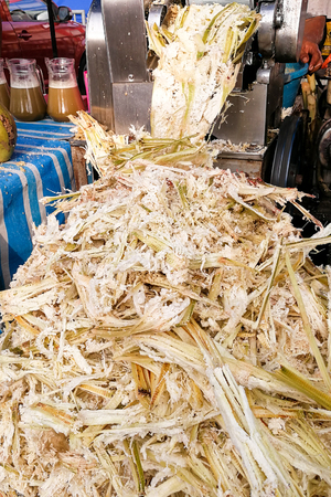 サトウキビ ジュースの副産物パルプという名前のバガスを紙、燃料、再生可能エネルギーとしてリサイクルが可能します。