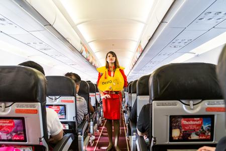 KUALA LUMPUR, Malaisie, le 8 juin 2017: l'hôtesse de Airasia fait preuve de procédures de sécurité pour les passagers avant le décollage du vol.