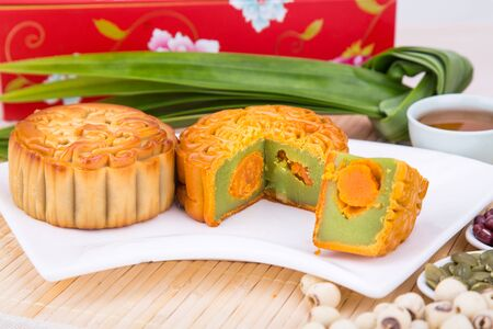 Close-up on sliced mooncake with egg yoke, pastries for Chinese mid-autumn festive celebration 版權商用圖片 - 99533451