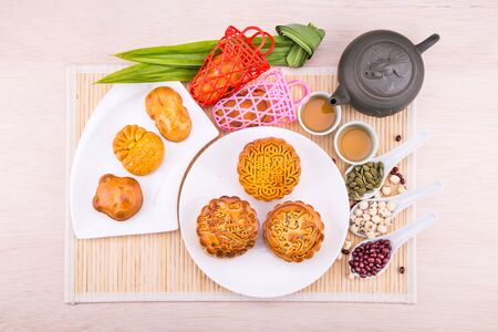 Over-head view on mooncake for mid-autumn festivalcelebration with ingredients and tea on table top 版權商用圖片