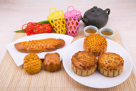 Variety of mooncakes for Chinese mid-autumn festival celebration with tea 版權商用圖片 - 99533589