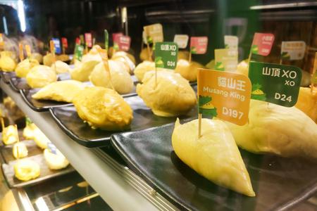 Varietà di carne di razza durian in restaurantt per campionamento e confronto di prova patron compreso Musang King.