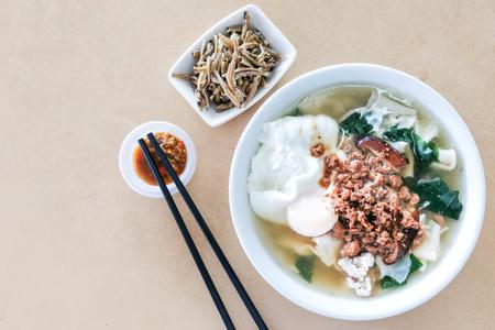 Tazón de fuente de deliciosa sopa de fideos Pan Mee, comida china popular en Malasia.