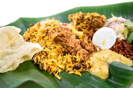 Delicioso nasi briyani con cordero cordero servido en un plato de hojas de plátano, comida popular en Malasia Foto de archivo