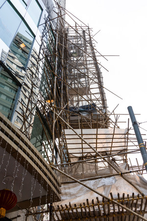Impalcature in bambù ancora ampiamente utilizzate nelle costruzioni a Hong Kong, al posto delle contemporanee impalcature metalliche. Archivio Fotografico