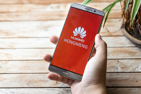 KUALA LUMPUR, MALAYSIA, MAY 25, 2019: Person holding Huawei Mate phone with Hongmeng OS symbol. U.S. companies began  to curb sales to Chinese telecom Huawei Редакционное