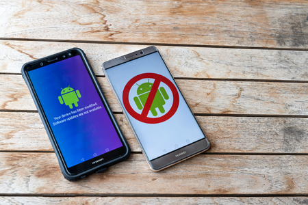 KUALA LUMPUR, MALAYSIA, MAY 25, 2019: Huawei phones with Android message Software Updates Are Not Available. U.S. companies began  to curb sales to Chinese telecom Huawei 報道画像