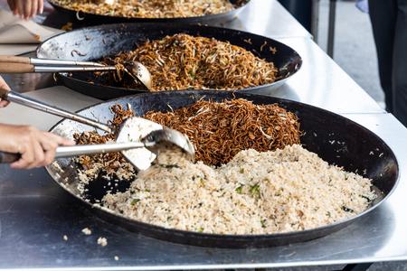 Verkäufer, der einfache gebratene Reisnudeln im Straßenmarktbasar für Iftar während des Ramadan-Monats zum Fastenbrechen verkauft Standard-Bild