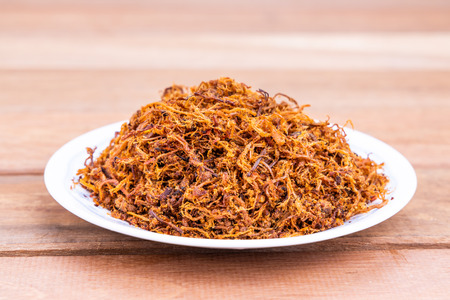 Serunding, hilo de carne seca de ternera o pollo. Popular en Malasia, especialmente durante la celebración festiva de Hari Raya. Foto de archivo