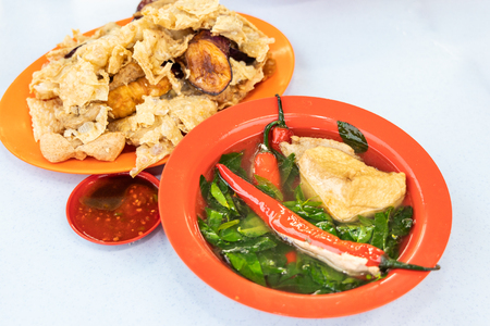 Yong Tau Fu, stuffed meat in vegetable is popular Hakka Chinese food in Malaysia. Available in fried or with soup. 免版税图像
