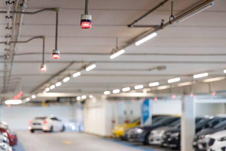 Sistema di tracciamento del parcheggio intelligente nel centro commerciale con segnali luminosi per tracciare, indicare e guidare l'auto verso il posto libero disponibile available Archivio Fotografico