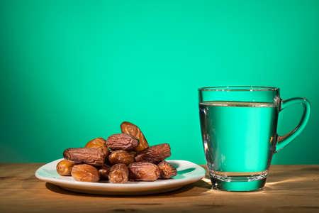 穆斯林开斋饭是指在斋月期间用蜜枣和水打破斋戒