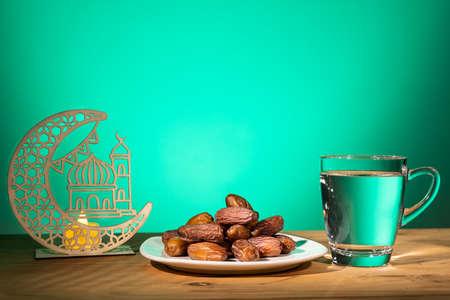 穆斯林·姆斯塔在斋月期间打破快速,并保留了甜蜜的日期和水。装饰新月和清真寺作为道具