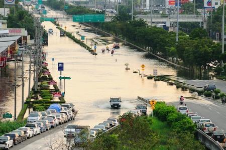 rd: BANGKOK - 13 novembre inondazione acqua � ancora ad alto livello sulla Kanchanapisek Rd ANELLO ESTERNO il 13 novembre 2011 a Bangkok, Thailandia L'area si trova sul lato ovest del fiume Chaopraya