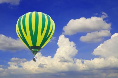 luftschiff: Hei�luftballon mit sch�nen blauen Himmel