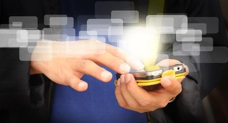 Hand der Geschäftsmann Touchscreen Handy und fliegende digitale Daten Standard-Bild - 12253016