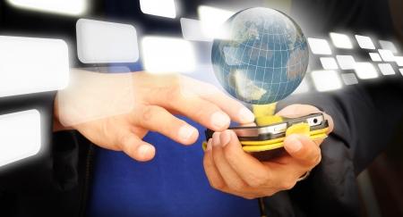 Hand der Geschäftsmann Touchscreen-Handy mit transparenter Button fliegen durch Erdkugel Standard-Bild - 12253015
