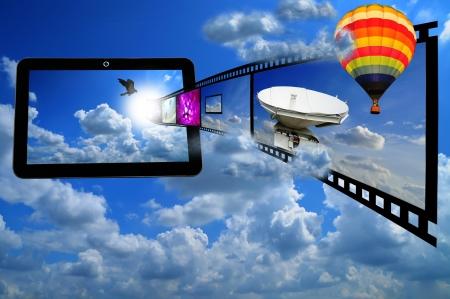 camara de cine: Tablet PC con la tira de pel�cula y Bal�n de Oro como el concepto de streaming de v�deo en 3D en la tabla de Foto de archivo