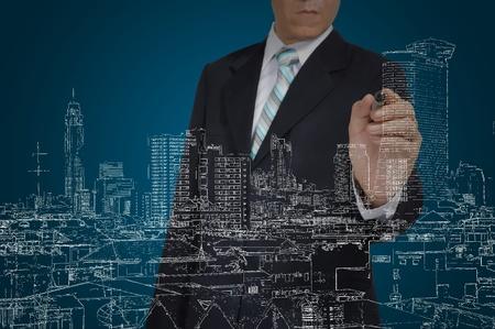 planos arquitecto: Hombre de negocios Dibujo edificio y el paisaje urbano Foto de archivo