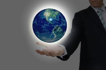 Hand der Geschäftsmann halten Erdkugel Standard-Bild