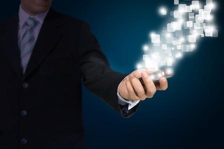 datos personales: Mano de hombre de negocios presionar o empujar pantalla táctil de Mobile Smartphone