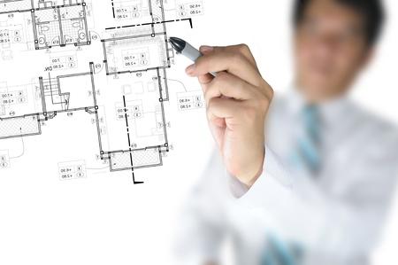 plan van aanpak: Hand van de zakenman of Architect Tekenen architectonische home plan