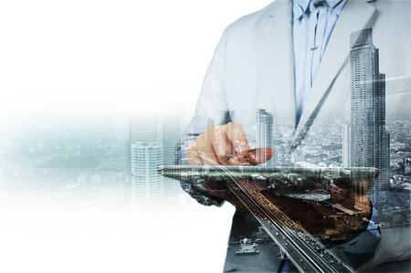 ejecutiva en oficina: Doble exposición de la ciudad y de negocios en el teléfono como concepto de desarrollo de negocios.