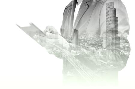 exposicion: Doble exposición de la ciudad y el uso del hombre de negocios dispositivo Tablet como concepto de desarrollo de negocios.
