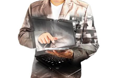 exposicion: Doble exposición de Business Man utilizando Tablet PC móvil con ordenador portátil o portátil como concepto de tecnología inalámbrica.