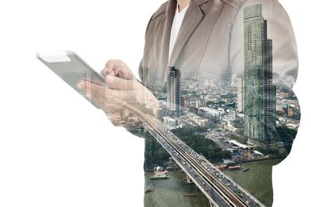 Dubbele belichting van de stad en de zakenman het gebruik van de tablet-apparaat als Business development concept.