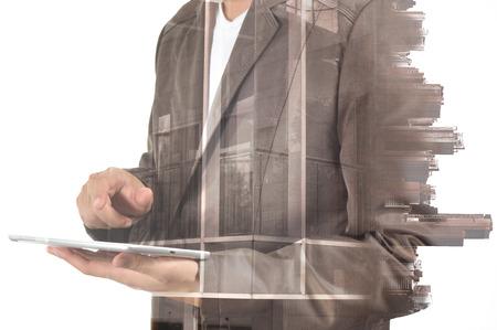 exposición: Doble exposición de la ciudad y el uso del hombre de negocios dispositivo Tablet como concepto de desarrollo de negocios.