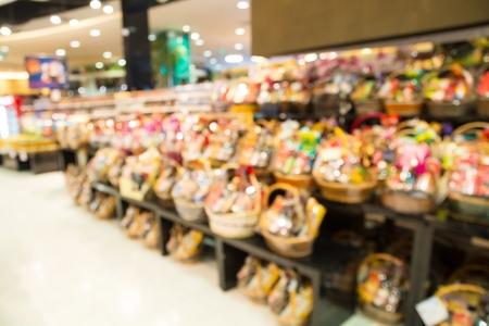 Blur oder Defokussieren Hintergrund der NewYear Basket Geschenk in Supermarekt
