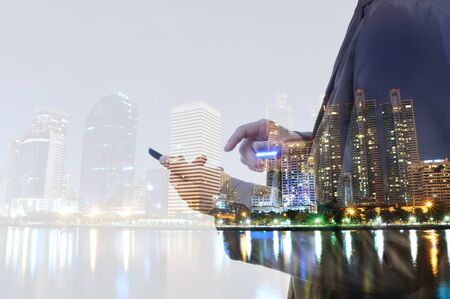 exposicion: Doble exposición del hombre urbano y de negocios con un dispositivo de teléfono inteligente digital como concepto de desarrollo de negocios. Foto de archivo