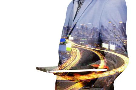 Doppelbelichtung von einem Geschäftsmann und eine Stadt mit einer Tablette mit Stadtszene und Expressway