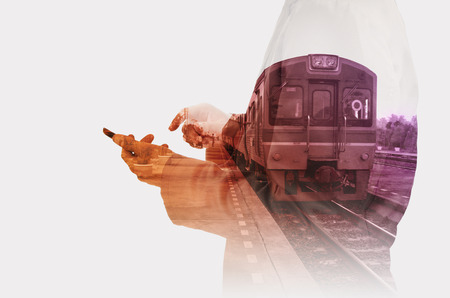 Doble exposición del hombre de negocios utilizar Mobiel teléfono con la estación de tren para su uso como fondo en el concepto de transporte moderno