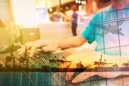 Double Exposure von Mann mit Laptop-Computer in Food Plaza oder im Café und Transport-Szene, Flugzeug, Port mit Power Crane.