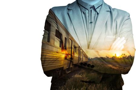 personas de pie: Doble exposición de la estación de tren con el tren de negocios y como concepto de desarrollo de negocios.