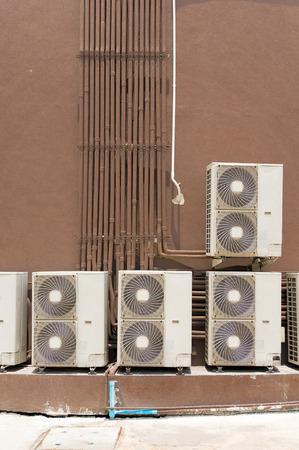 compresor: Compresor de aire acondicionado detrás del edificio