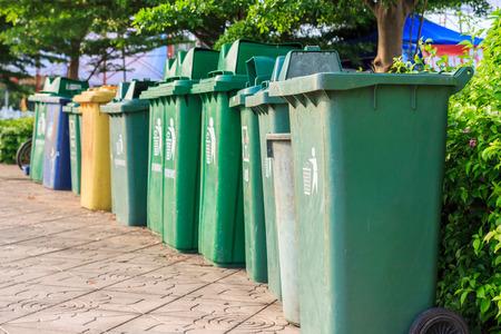 botes de basura: Botes de basura para la basura en la calle.