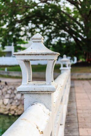 brige: L�mpara tailandesa en un brige en el templo en Tailandia Foto de archivo