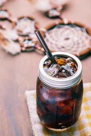 frio: Caf� ar�bica fr�a con hielo en el vaso de la vendimia.