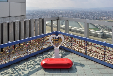 love seat: Love seat on tower