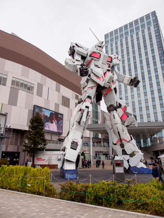 TOKYO, JAPAN - MARCH 30, 2019: Wide vertical closeup of a life-sized replica of the Unicorn Gundam mecha in front of Diver City Plaza. Odaiba, Koto. Travel and Anime. 新聞圖片