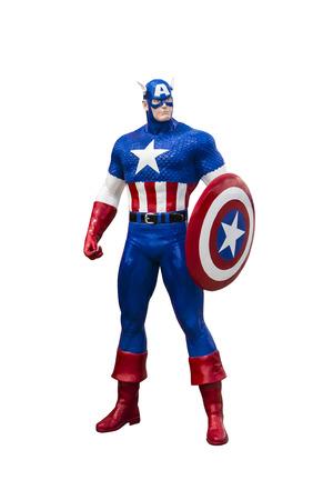 Phayao, Tailandia - 18 de octubre de 2015: Estatua Capitán América sobre un fondo blanco Editorial