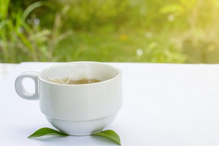 atmosfera: Taza de té caliente en la atmósfera de la mañana