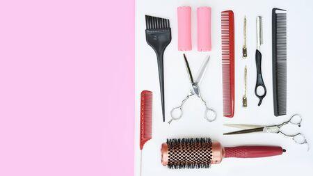 Conjunto de herramientas de peluquería profesional sobre fondo blanco y rosa