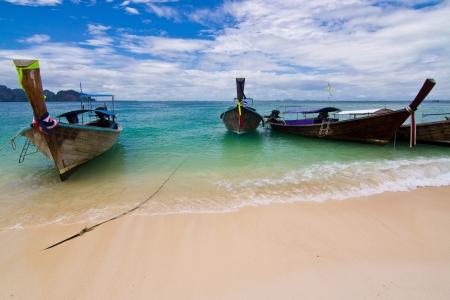 Longtail Boote auf einer tropischen Insel in der Nähe Provinz Krabi, Thailand