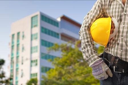 Worker und die verschwommene Bau im Hintergrund