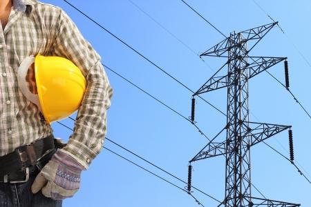 Elektriker und Hochspannung Strommast vor blauem Himmel Lizenzfreie Bilder